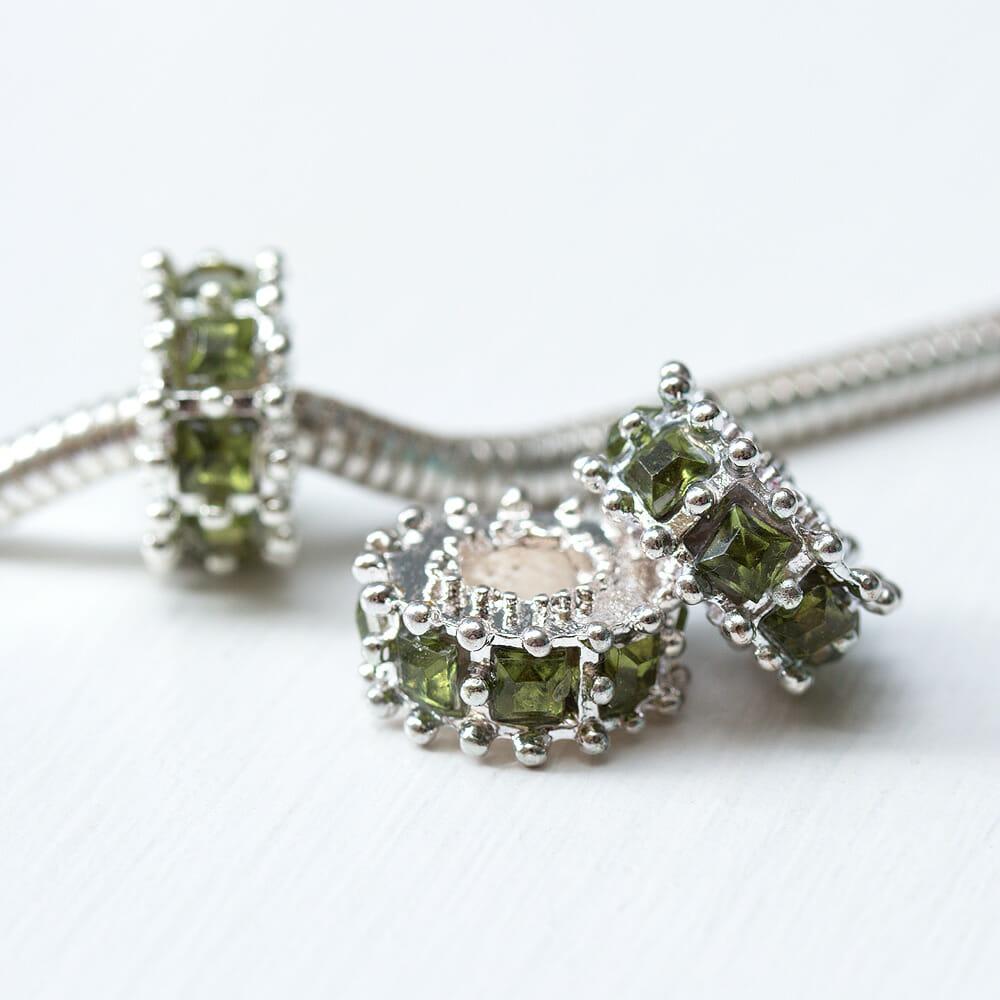 Kovova-koralka-ozdovny-medzikruzie-so-zltozelenymi-krystalmi