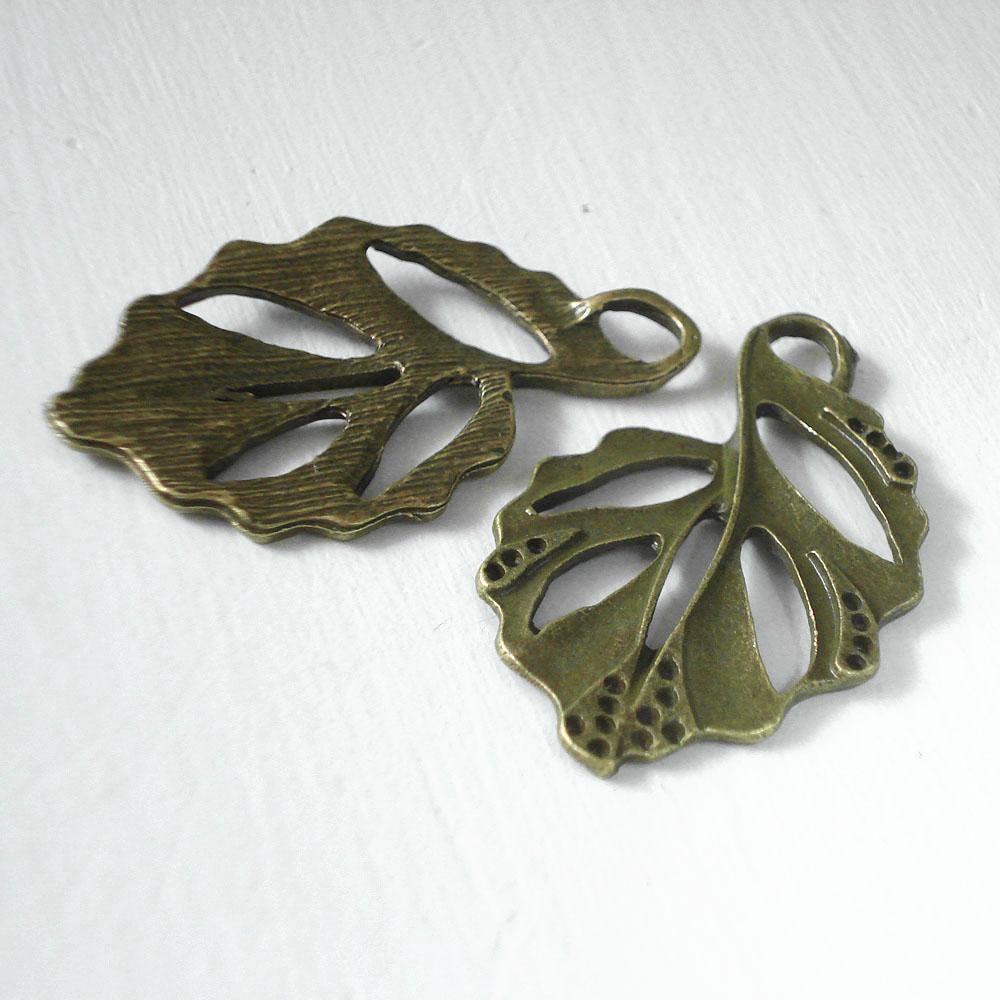 3087-Stredny-bronzovy-list-zdobeny-s-dierkami-privesok-40×25-50cent