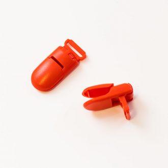 klipsa-s-gulatim-mosom-plastova-cervena